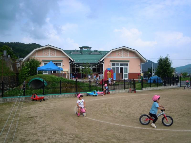ドイツ製バイクで遊ぶ子どもたち