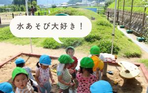 砂場で遊ぶ子どもたち