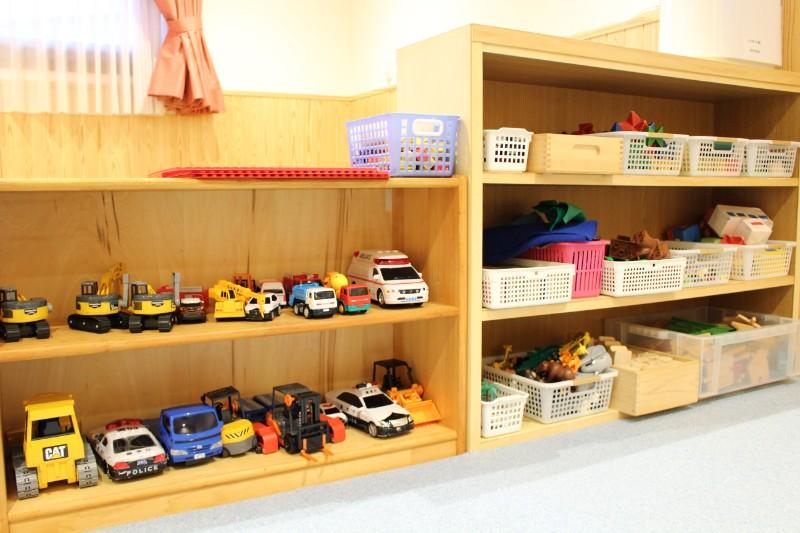 電車や車など様々なおもちゃ